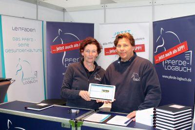 Anja Bohm und Frank Husmann haben auf der Messe Hansepferd erstmals die Pferde-Logbuch-App vorgestellt.
