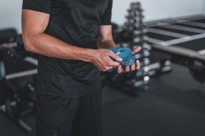 EASYGRIP Fitness Pads einfach über Mittel- und Ringfinger ziehen und trainieren. Foto ©EASYGRIP / David Schmelzer