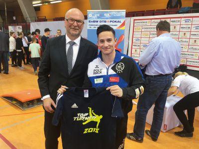 """Heinz Wurzel überreicht das begehrte T-Shirt für den """"Top-Scorer"""" in der Turner Bundesliga an Marcel Nguyen"""