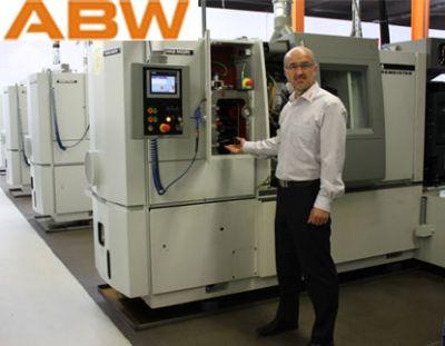 Geschäftsführer Josef  Paarhammer mit den neuen Sechsspindler-Kurvenautomaten