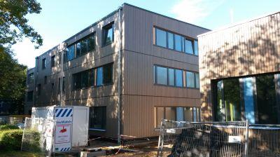 Nach dem Einbruch in den Rohbau der Stadtteilschule Flottbek wird die Baustelle jetzt BauWatch geschützt. (Foto Brüninghoff)