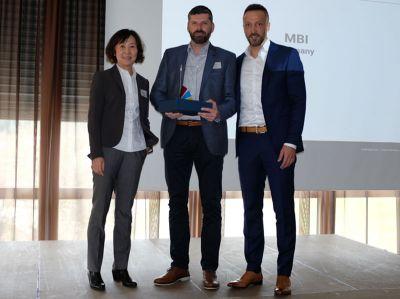Von links nach rechts: Y. Augenstein Sales Director Enclosures Europe,T. Böser GF MBI GmbH, S. RathChannel Sales Manager HOFFMAN