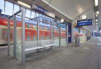 Münster (Westfalen) Hbf - Wartebereich auf Bahnsteig mit Fahrgastinformationsanzeigern (Copyright: Deutsche Bahn AG/Axel Hartmann)