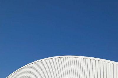 Auf Hallendächer gehören Photovoltaikanlagen - zur Stromgewinnung für Gewerbebetriebe (Wierig Solar AG)
