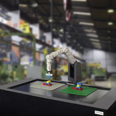 Der DUPLOcator erkennt via Kameras geformte Strukturen und baut diese mit einem Roboterarm nach. (Nutzungsrechte: Fraunhofer IGD)
