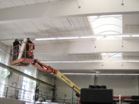 CONPOWER Mitarbeiter bei der Leuchteninstallation