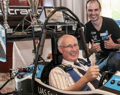 Startklar für die FED-Konferenz: Prof. Rainer Thüringer, FED, im Elektro-Boliden und Patrick Berninghaus vom BRS Motorsport e. V.