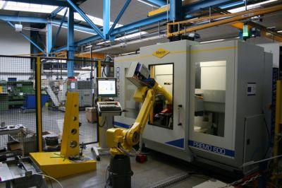 """Ein Roboter namens """"Lucy"""" sorgt bei Jeßegus für hohe Produktivität für das Drücken z.B. von Reflektoren aus Aluminium-Ronden."""