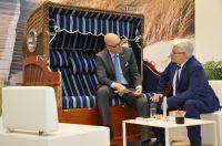 Klaus Moorlampen stellt Ministerpräsident Albig in Hannover sein Verbindungsportfolio vor