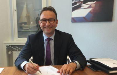 Sander Maasman, Geschäftsführer der Flatfield GmbH in Starnberg, während der Vertragsunterzeichnung