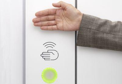 Über einen Sensor kann die WC-Tür ohne Kontakt ver- und entriegelt werden. (Foto: Schäfer Trennwandsysteme)