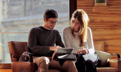 Das revolutionäre booncase ermöglicht in jeder Situation komfortablen Tablet-Genuss, ohne das Gerät halten zu müssen.
