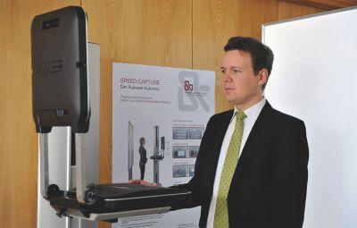 Landrat Harald Sievers testet die neue Speed Capture Station im Bürgerbüro Ravensburg