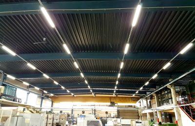 Fertigungshalle der Groschopp AG, umgerüstet mit Feuchtraumleuchten der Serie TGL von AS LED Lighting