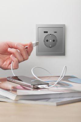 Mit dem neuen USB-Steckdosen-Einsatz lassen sich drei mobile Endgeräte gleichzeitig aufladen.