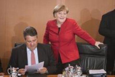 Sigmar Gabriel (SPD, l.) und Angela Merkel (CDU) bei der 100. Sitzung des Bundeskabinetts. Bild: Bundesregierung/Kugler