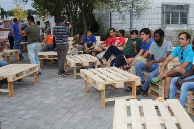 Gartenmöbel aus Paletten für Flüchtlingsunterkunft Breite Seite, Sinsheim