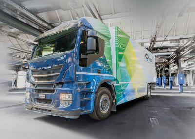 Die Quantron AG ermöglicht es Nutzfahrzeugflotten, z. B. Lkws, auf E-Mobilität umzurüsten.