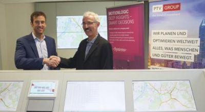 Norbert Werber von Motionlogic und Nicolas Doucet von PTV besiegeln die strategische Zusammenarbeit für ein besseres Verkehrsmanag