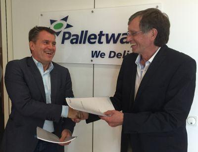 Vertragsunterzeichnung Klaus Klein-Bölting von Palletways und Volkmar Wolf