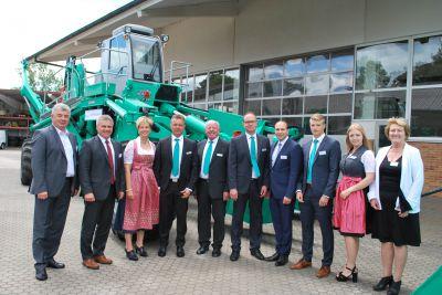 Zahlreiche Ehrengäste gratulierten der Firma Walter Föckersperger GmbH zum Jubiläum 60 Jahre Verlegesystem.