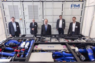 Die geschäftsführenden Proton Motor-Manager mit Minister Aiwanger (M.) vor neuem Multistack-System  (© Proton Motor)
