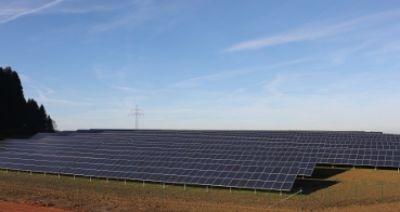 Energie aus Eigenproduktion: In Vatersdorf wurde aus einer ehemaligen Lehmgrube ein moderner Solarpark.