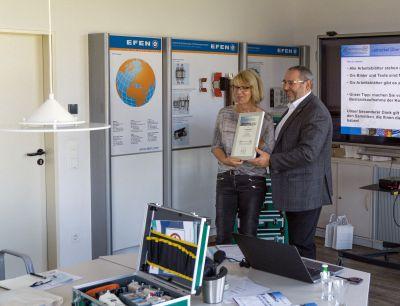 Renate Wulff, E.DIS, und Harald Kownatzky, NH/HH-Recyclingverein, bei der Urkundenübergabe