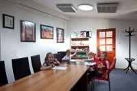 Vier gutgelaunte Kinder in einem taghellen Zimmer