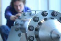 Dr. Elgar Fokkens, Leiter F&E EXYTRON, bei der Arbeit an einem katalytischen Modul. (©Krausebrand/EXYTRON)