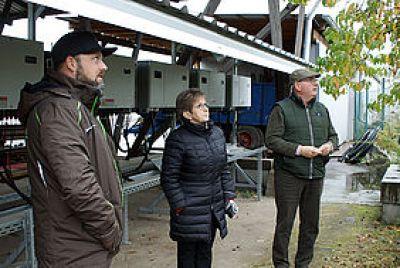 Sascha Bertz (l) erläutert Dietlind Tiemann (MdB) die aktuellen Probleme seiner Branche. / Foto: agryena