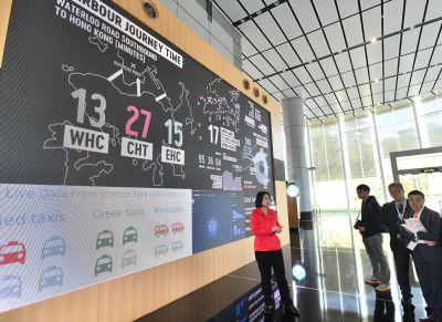 Die Datenwand im Hong Kong Science Park liefert Live-Daten aus der Metropole, unter anderem zum Verkehr im Umfeld. Foto: HKSTP