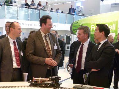 Geschäftsführer Marcel Quittkat (zweiter von links), Dr. Philipp Rösler (re), Günther Oettinger (zweiter von rechts)
