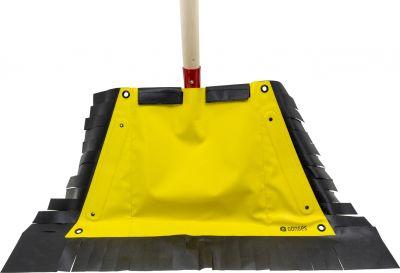 Platzsparend und flexibel: Die Schaufelpatsche ist mit wenigen Handgriffen und ohne Werkzeug angebracht und einsatzbereit.