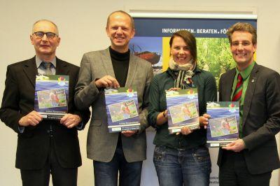 Eberhard Neugebohrn (v.l.), Gerald Knauf (Stiftung Umwelt und Entwicklung NRW), Julia Kätzel, Christoph M. Hartmann (LAGA Zülpich)