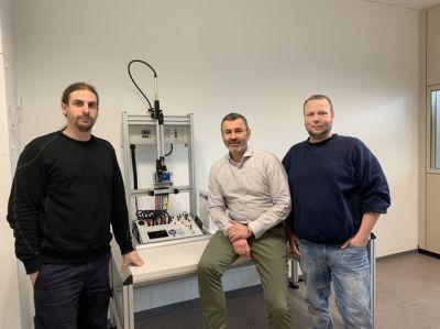 Axel Kazenmaier Leiter Messstellenbetrieb EWR (Bild Mitte) freut sich über die neue Einplatzanlage von EMH.