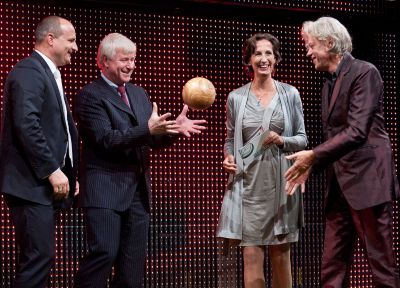 """Bob Geldof """"überreicht"""" mit Frau Dr. Schiffler (Tetra Pak) den Clean Tech Media Award 2011 der Kategorie Lebensstil an Bauknecht"""