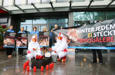 "Tierrechtler beerdigen Eier- Qualitätssiegel ""KAT"" vor Firmenzentrale in Bonn"