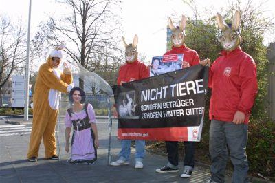 """Tierschützer sperrten """"Ministerin Aigner"""" in Käfig – Protestaktion vor Verbraucherschutzministerium in Bonn"""