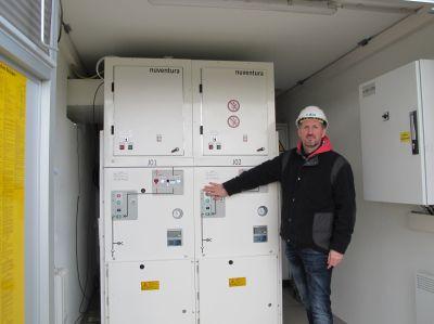 Klimaschutz in Brandenburg: E.DIS-Netzexperte Andreas Freygang an der SF6-freien Schaltanlage.