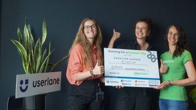 Marie Carlotta Hoffend (li.) von Userlane überreicht den Scheck an Christina Pirner (Mi.) und Nina K (© Userlane)