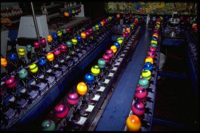 Bunte Ostereier werden industriell gefärbt: Dadurch verschwindet der Eierstempel.