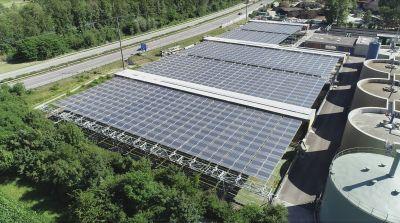 Das patentierte Solarfaltdach HORIZON erlaubt sehr weite Stützabstände. So können LkW´s unter dem Dach fahren und arbeiten.