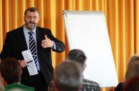 Peter Pietsch beim Vortrag im Rahmen der Angehörigen Akademie