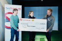 Holger Lueck von TwoTickets.de übergibt den Preis in Höhe von 10.000 Euro Werbevolumen an Konzertveranstalter CM Reimann.