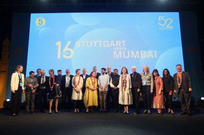 Honorarkonsul Andreas Lapp mit deutsch-indischen Gästen und Akteuren auf der Bühne