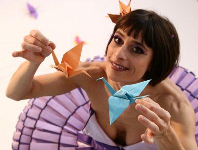 Origami Künstlerin faltete auf dem Firmenevent Kunststücke aus Papier