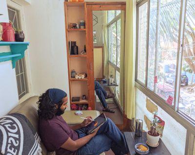 """Der Künstler Sasah M aus Indien arbeitet an dem Kunstprojekt """"Keeping in touch""""."""