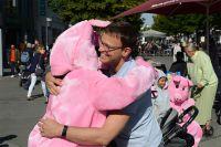 """""""Free Hugs"""" in Bonn- Aktivisten in Tierkostümen umarmen Menschen unter dem Motto: Meine Freunde esse ich nicht"""