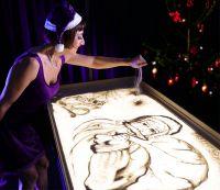 Künstlerin Sabrina mit Sandmalerei Show auf Weichnachtsfeier